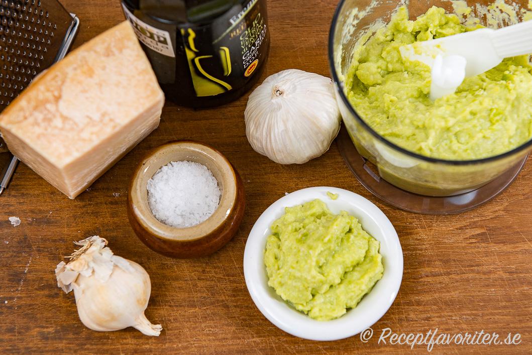 Ingredienser till bondbönspeston på skärbräda