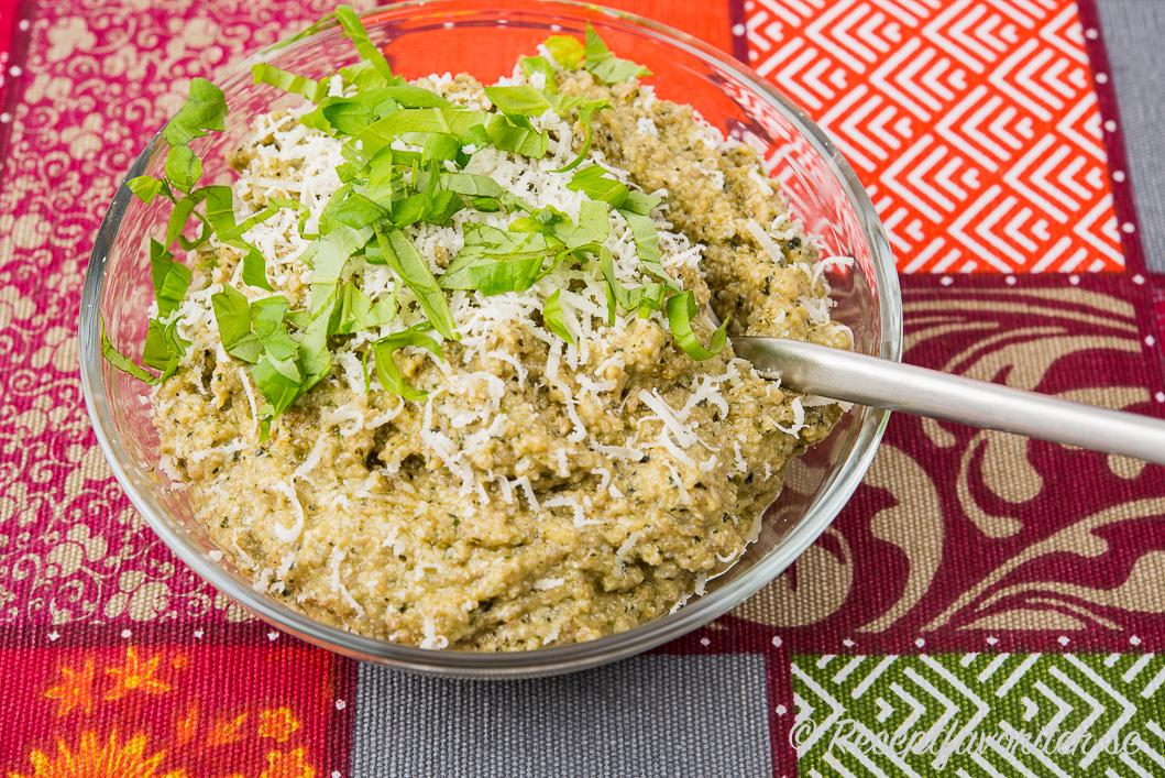 Solrospesto garnerad med färsk basilika och riven parmesan som kan bytas mot vegan parmesan om du vill ha en vegan pesto.