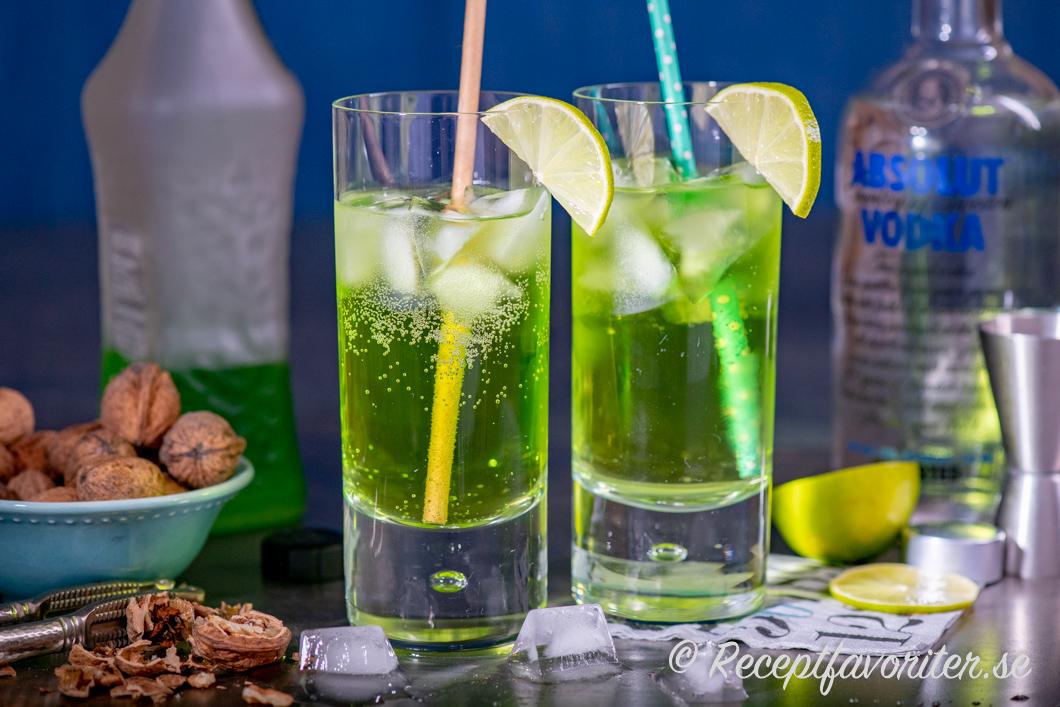 Gröna Piggelin-drinkar i glas med limeklyfta