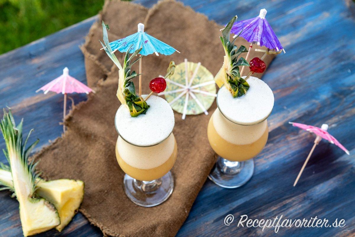 Min variant på Piña Colada cockails i Poco Grande glas med paraplyer och cocktailbär.