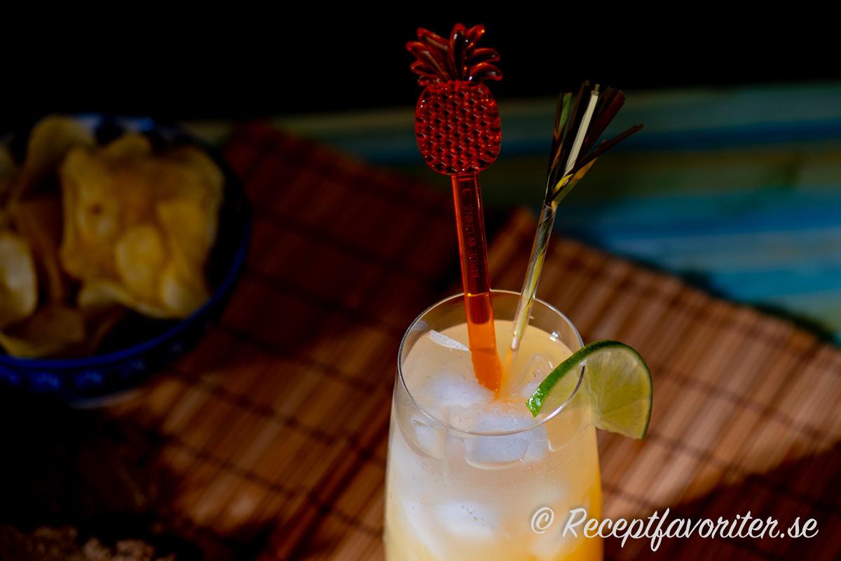 Garnering till en alkoholfri Pineapple Sparkler cocktail.