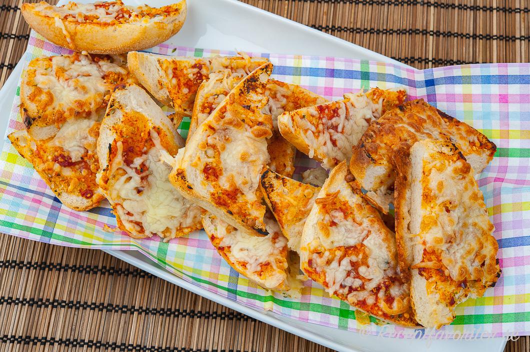 Pizzamackor med tomat och mozzarella på fat.