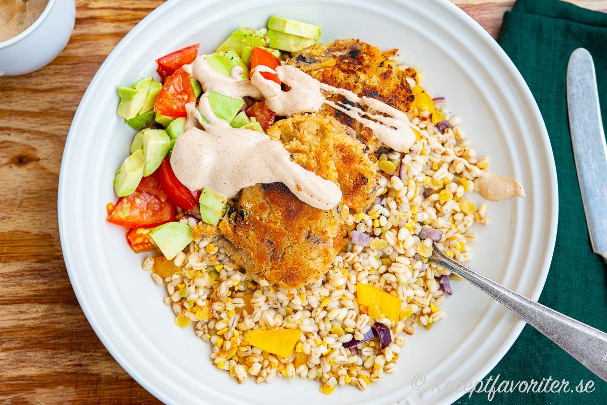 Stekta bönplättar med matig sallad av blandade gryn, avokado, tomat och en kall paprika, chipotle och matyooghurtsås.