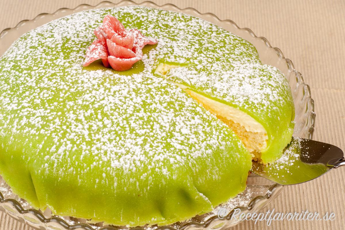 Marsipantårtan skärs upp med tårtspade.
