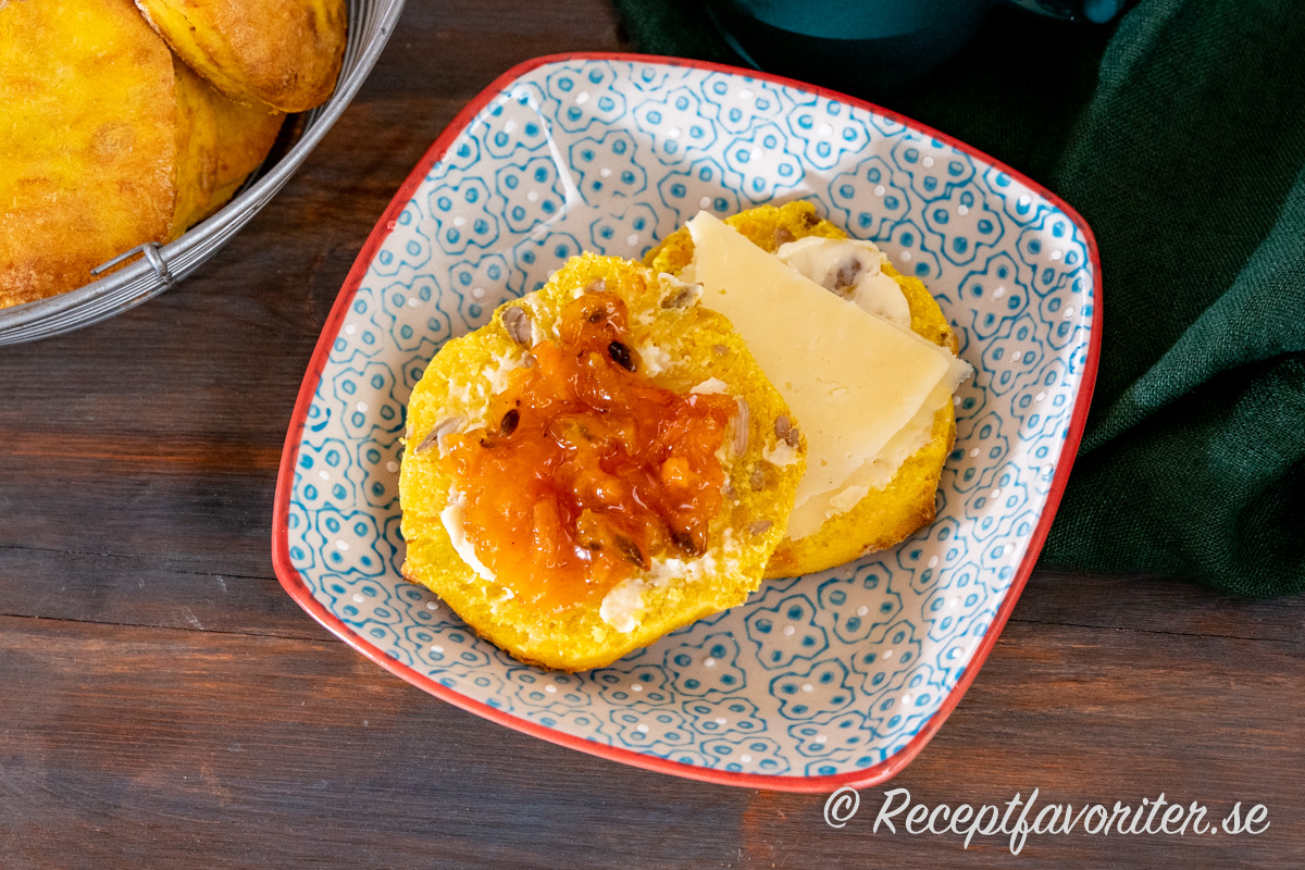 Pumpascones i halvor med smör, ost och tomatmarmelad på assiette till fika.