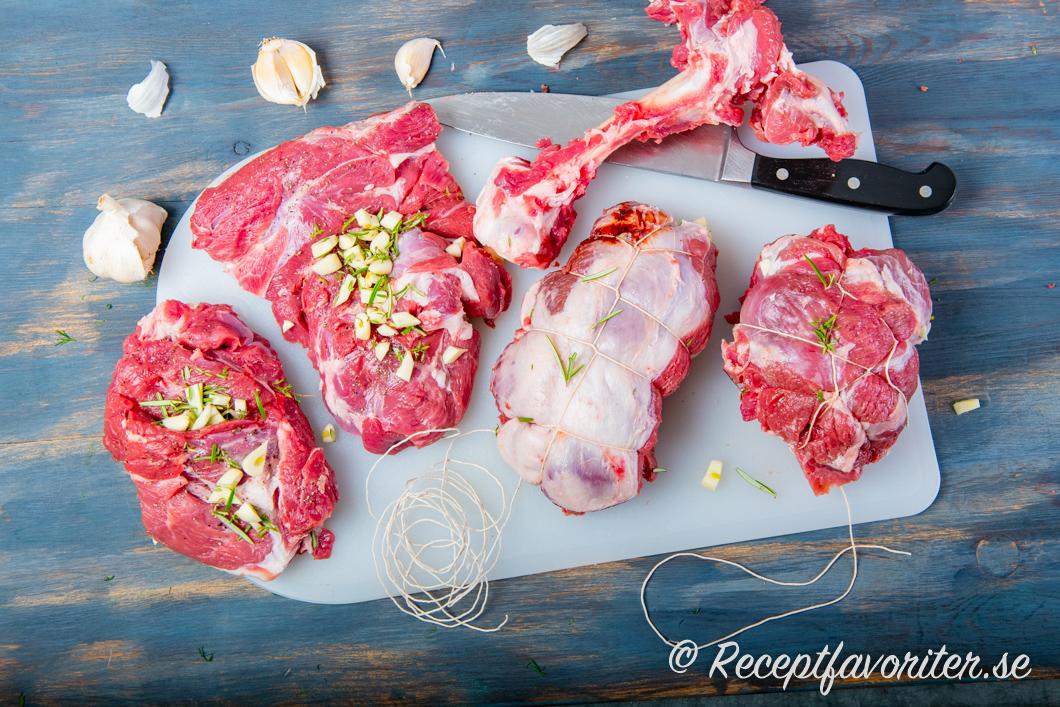 Styckad lammstek med örter och vitlök