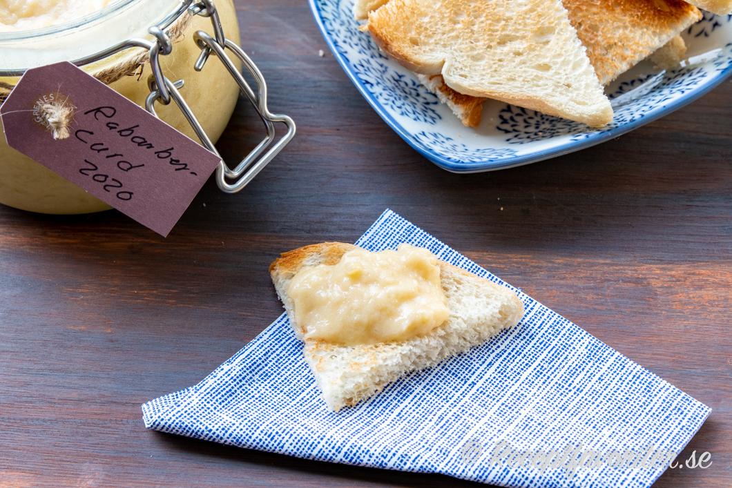 Rabarbercurd på rostat bröd