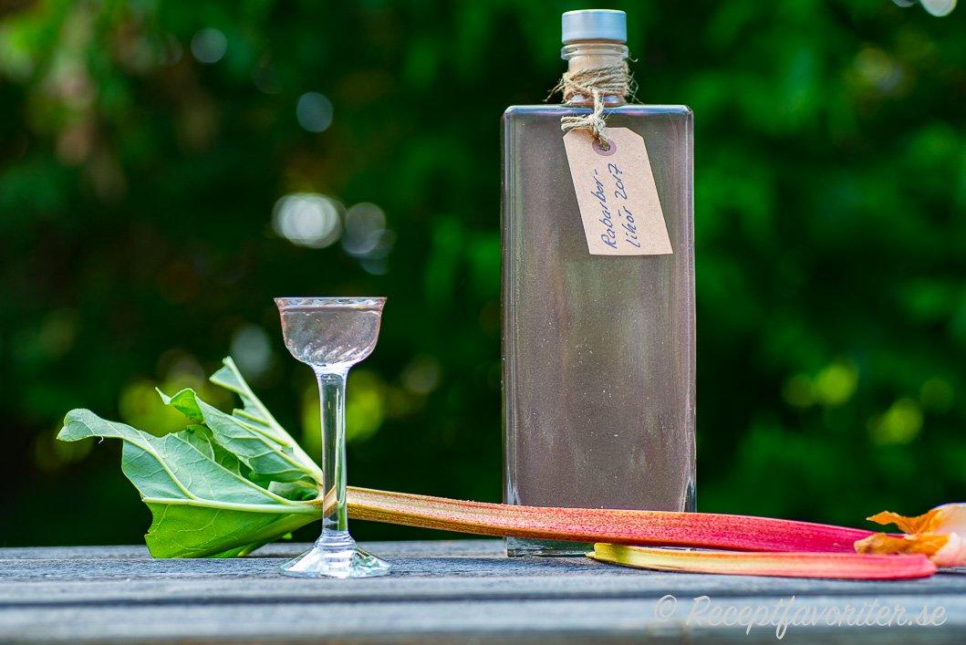 Likör av rabarber i flaska och glas