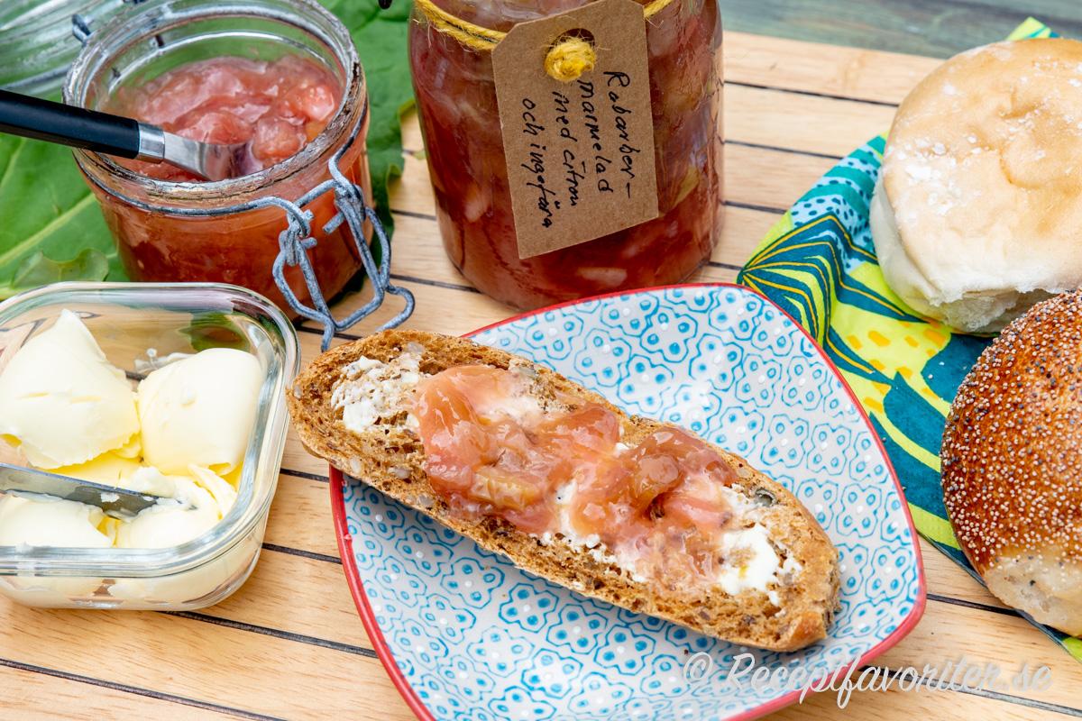 Marmelad med rabarber, citron och ingefära passar som vanlig marmelad till frukost, frallor, fika, rostbröd, dessertost med mera.