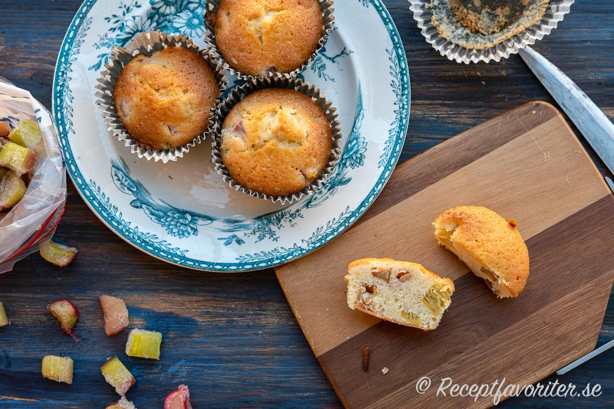 Lättbakade och goda muffins med strimlad rabarber
