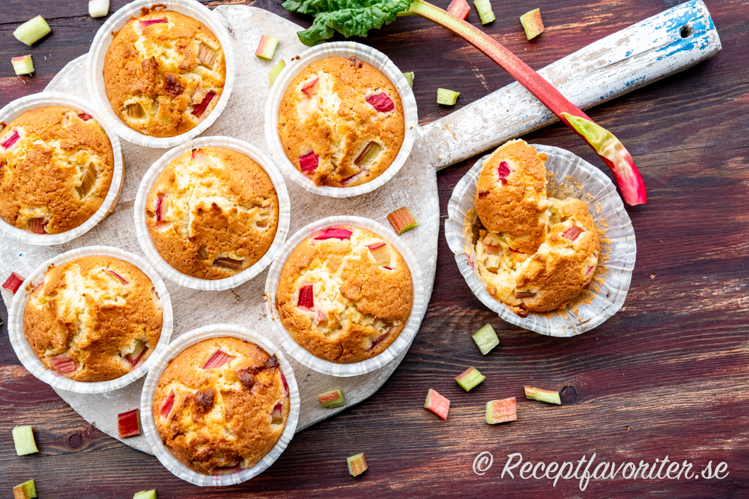 Syrlig rabarber och söt vit choklad blir mycket gott i muffinsen.