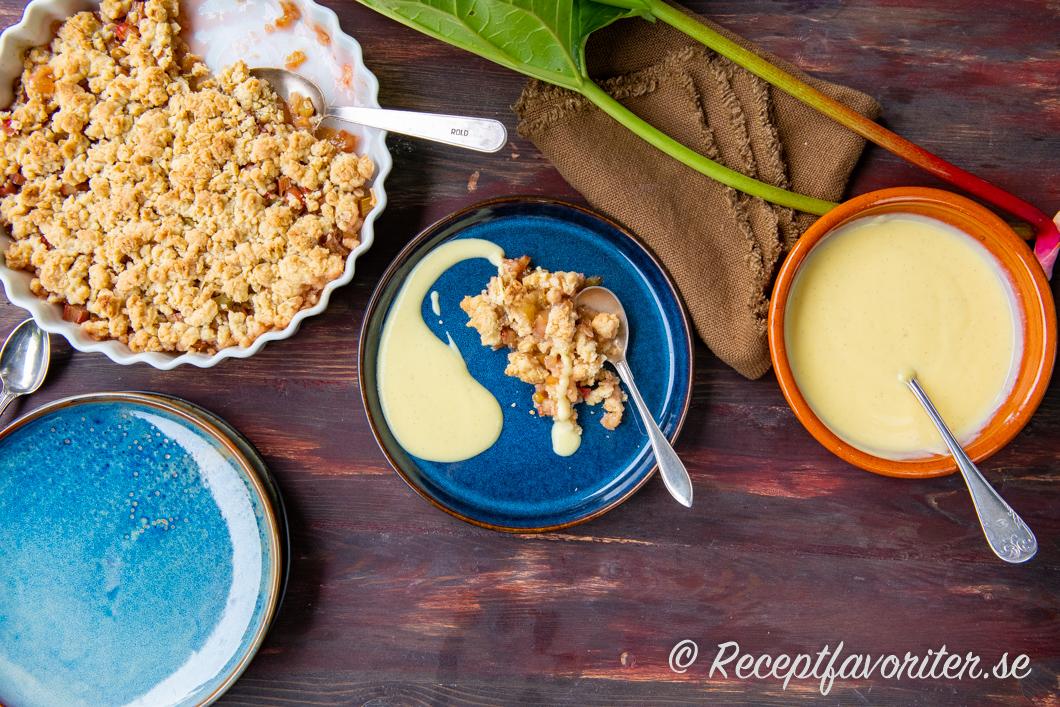 Rabarberpaj med hemgjord vaniljsås