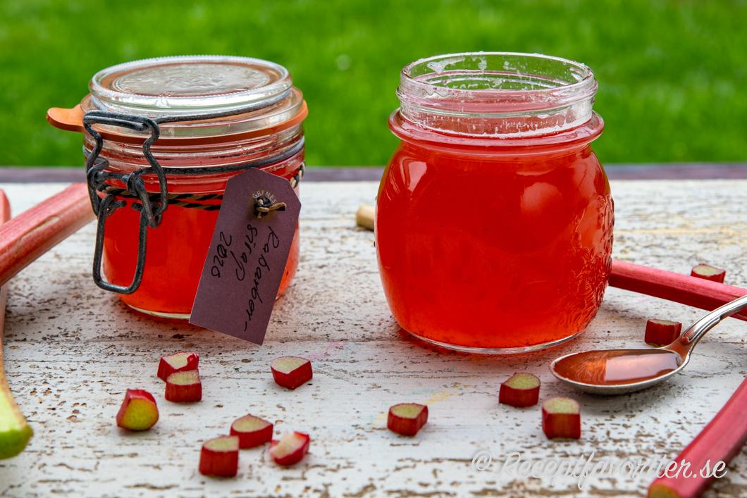 Rabarbersirapen upphälld i glasburkar kan du förbereda och förvara i kylen.