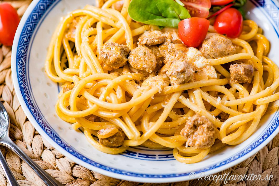 Pasta Bucatini med färsk salsiccia råkorv i krämig sås.