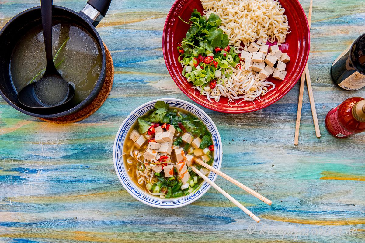 Ramen nudelsoppa med tärnad marinerad tofu, groddar, salladslök och grönsaksbuljong.