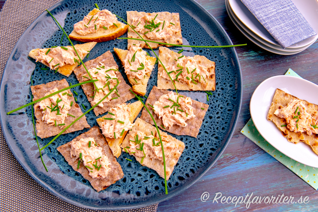 Laxrilette som snittar, tilltugg och aptitretare på knäckebröd samt ljust smörstekt bröd.