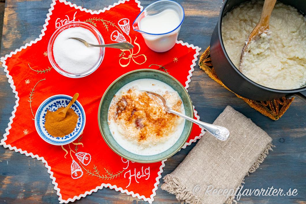 Risgrynsgröt serverad till jul med socker, kanel och kall mjölk