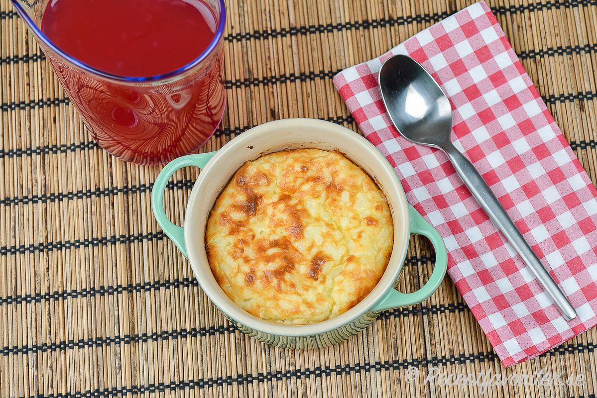Laga en pudding på risgrynsgröt och servera med saftsås eller lättvispad grädde och sylt.