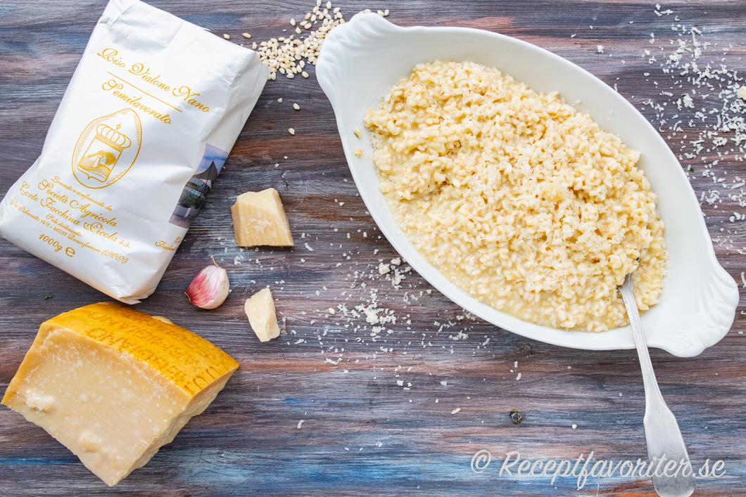 Krämig risotto servera på fat