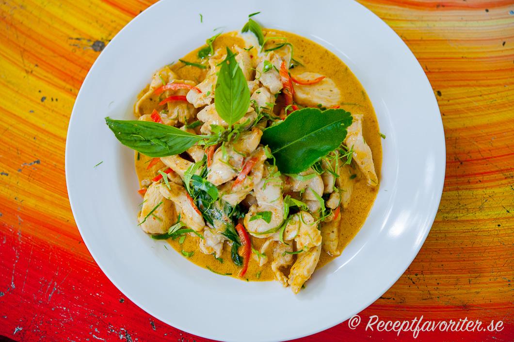 Kyckling på thailändskt vis med hemgjord röd curry och kokosmjölk i tallrik