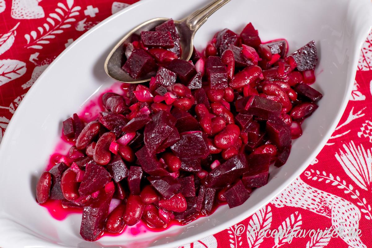 En kall sallad med kokta tärnade rödbetor, bönor och lök i god dressing.