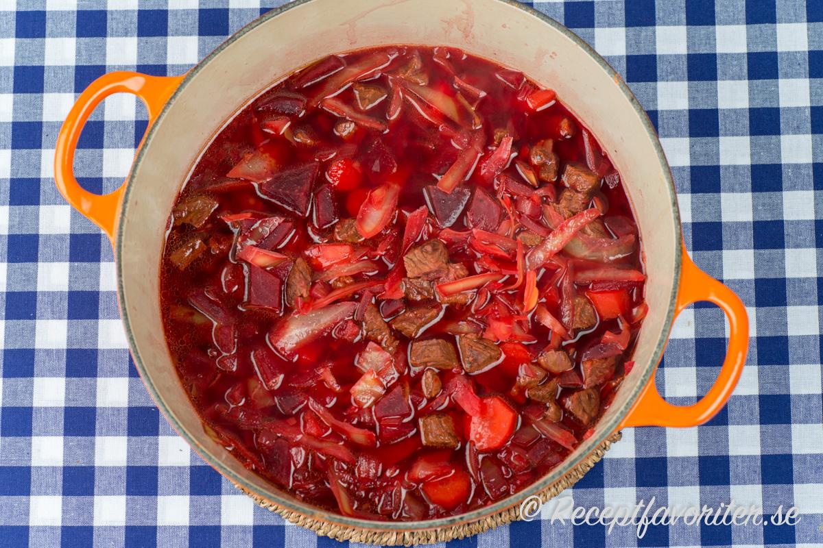 Rödbetssoppa i kastrull