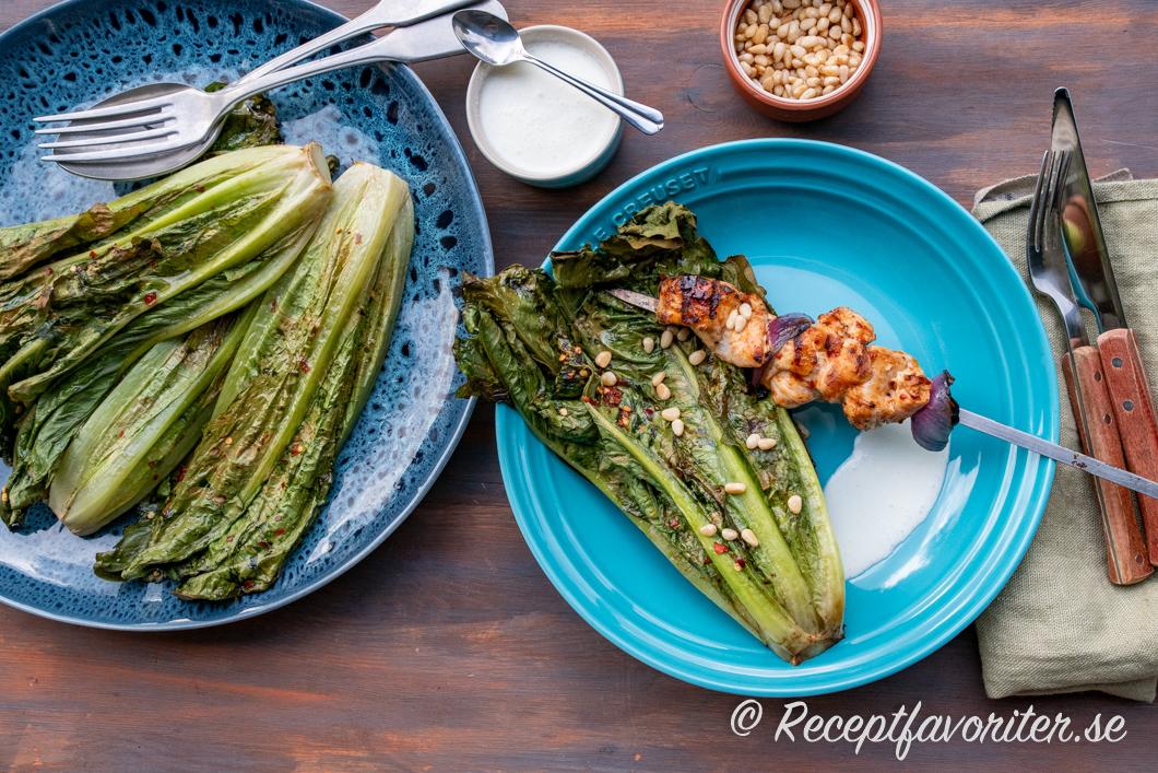 Grillad romansallad serverad som grönsakstillbehör med fetaostsås till kycklingspett