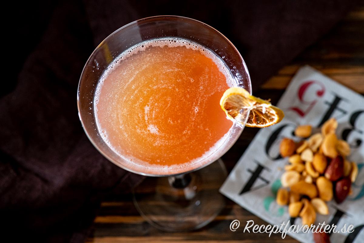 Romantico är en sötsur drink med bourbon, honung, lime och tranbärsjuice.