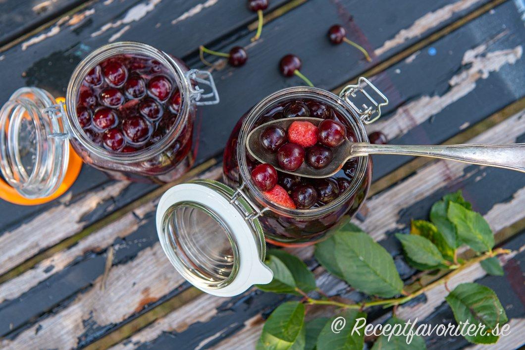 Romtopf med körsbär, jordgubbar och nektariner i burkar