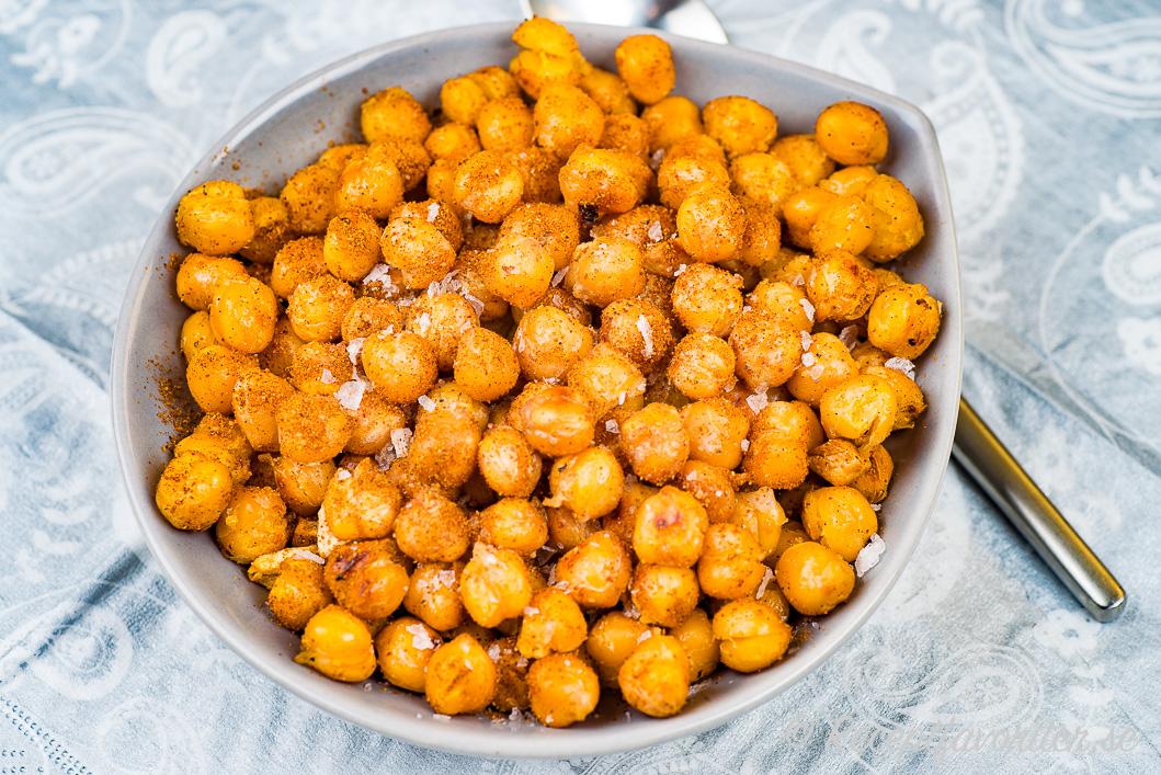 Rostade kikärter serverade som snacks i skål