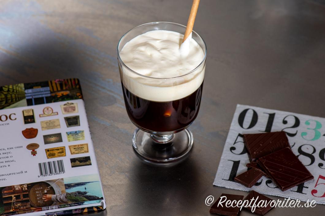 Russian coffee - ryskt kaffe - i glas med vispad grädde serverad med choklad.