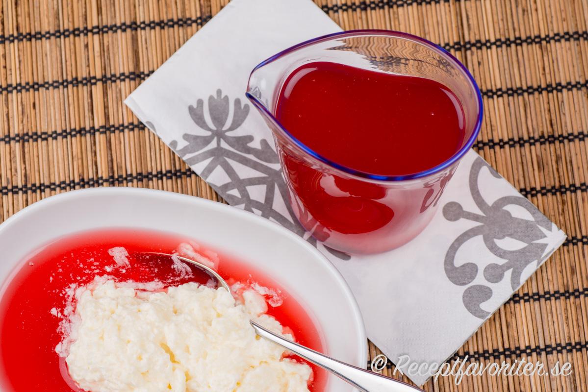 Hemgjord saftsoppa med egen jordgubbssaft och hemkokt risgrynsgröt är en av mina favoriter till julfrukost så jag äter det gärna en gång till på kvällen också.