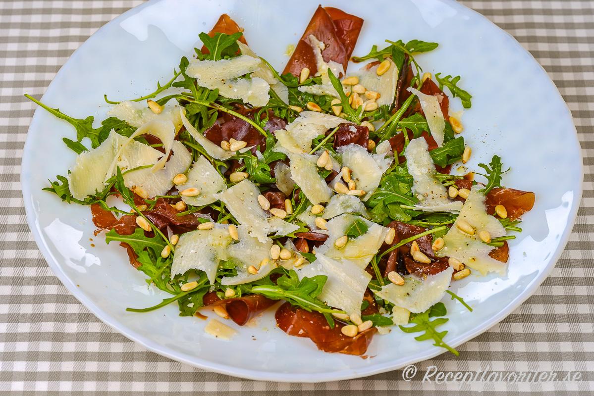 En variant på carpaccio där oxfilé bytts mot Bresaola.Rostade pinjenötter ger en mycket god smak med den salt Bresaolan.