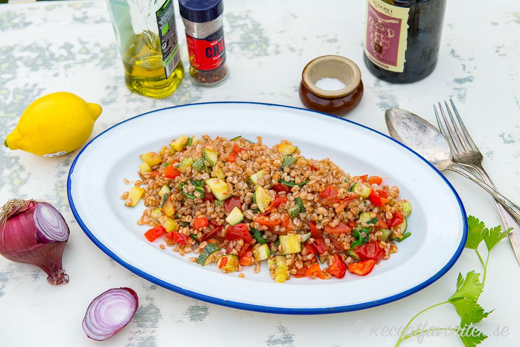 Matvetesallad med grönsaker på fat