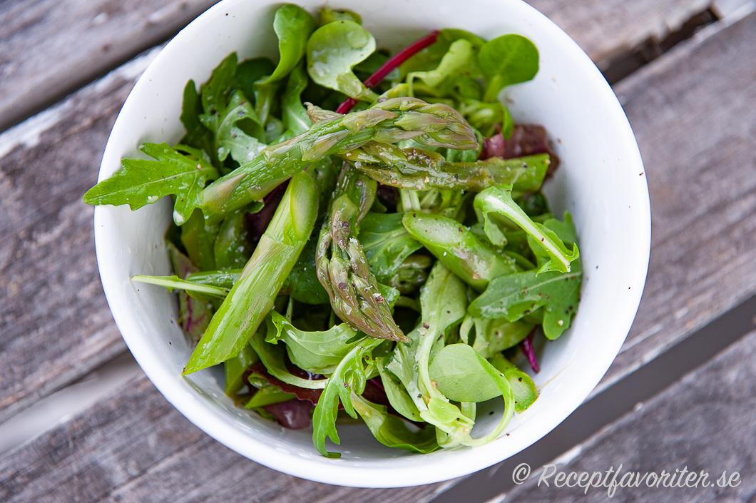 Sallad med grön sparris i portionsskål