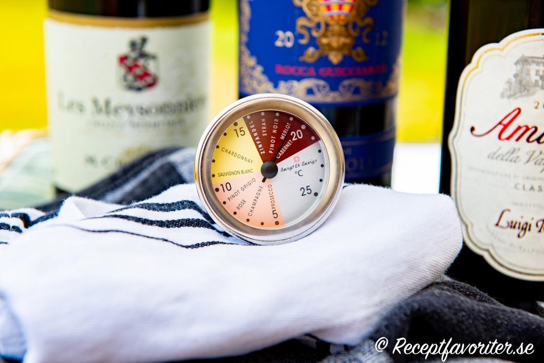 En termometer du kan sätta direkt i flaskan med några rekommenderade temperaturer på vanliga viner och drycker.