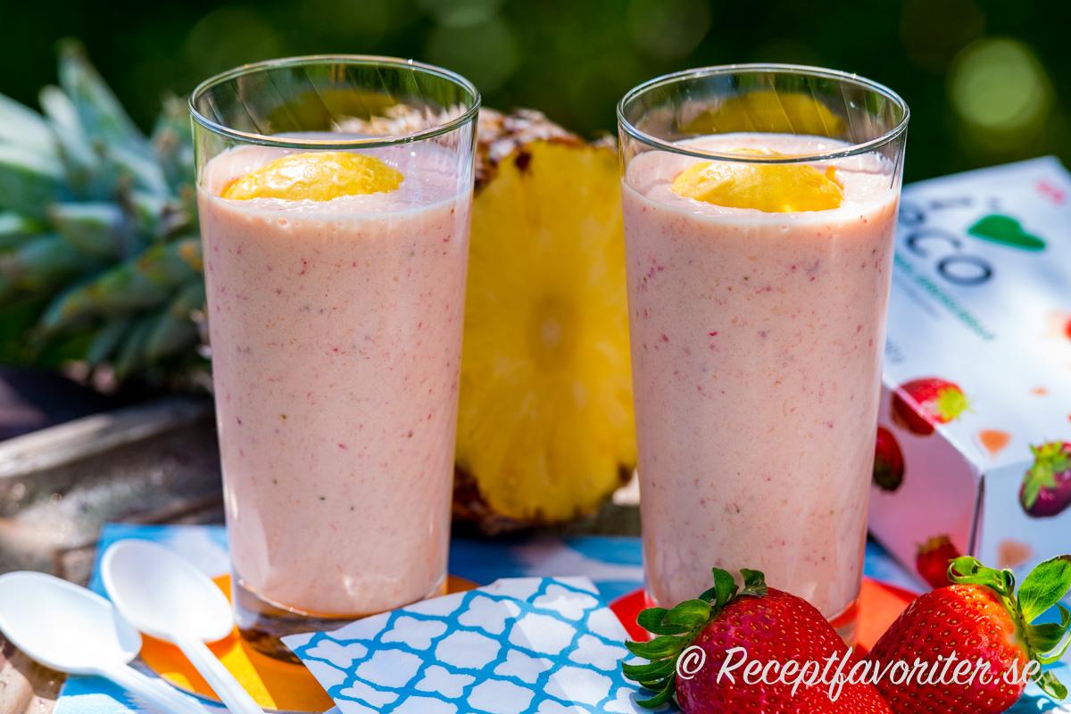 Mangosorbet, jordgubbar och färsk ananas samt mjölk blir en riktigt god smoothie.