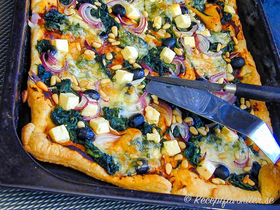 Smördegspizza på långpanna serverad nygräddad