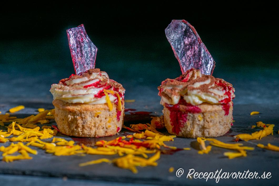 Muffins till Halloween dekorerade med färgat sockerglas.