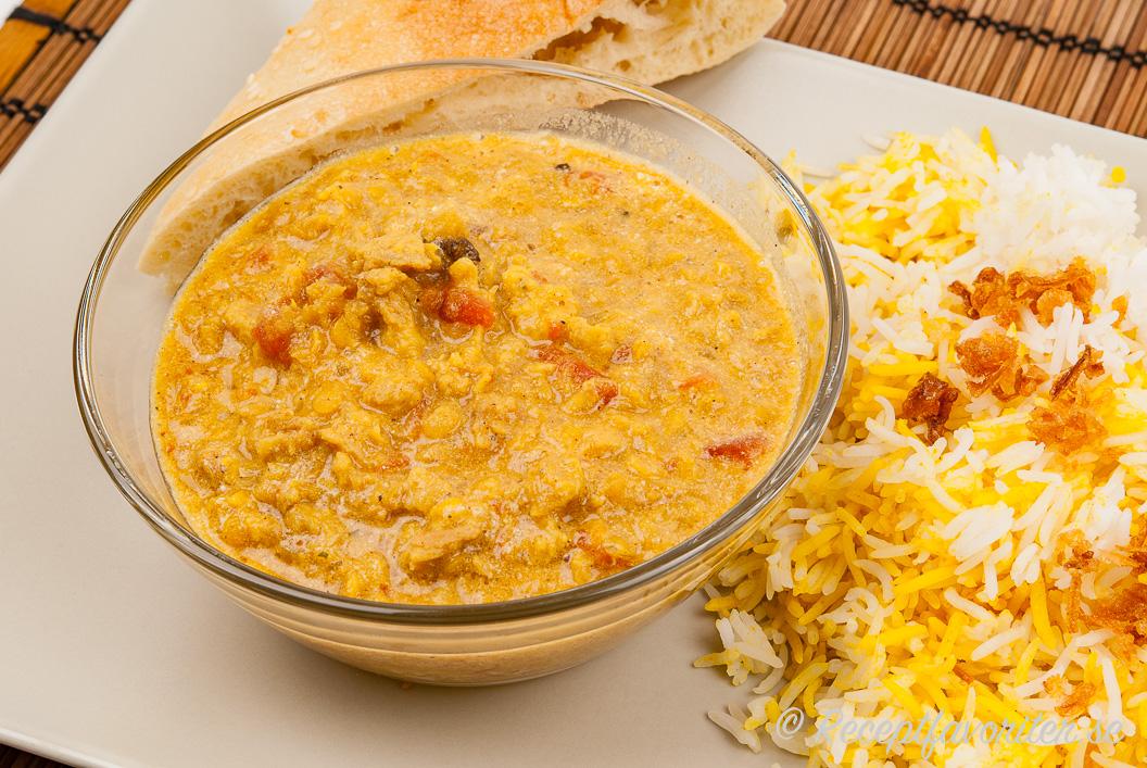 Soja- och linsgryta serverad med ris och bröd