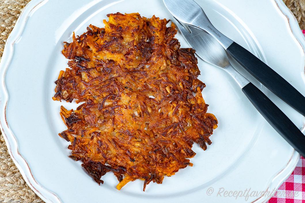 Knaperstekta rårakor med sötpotatis och potatis på tallrik