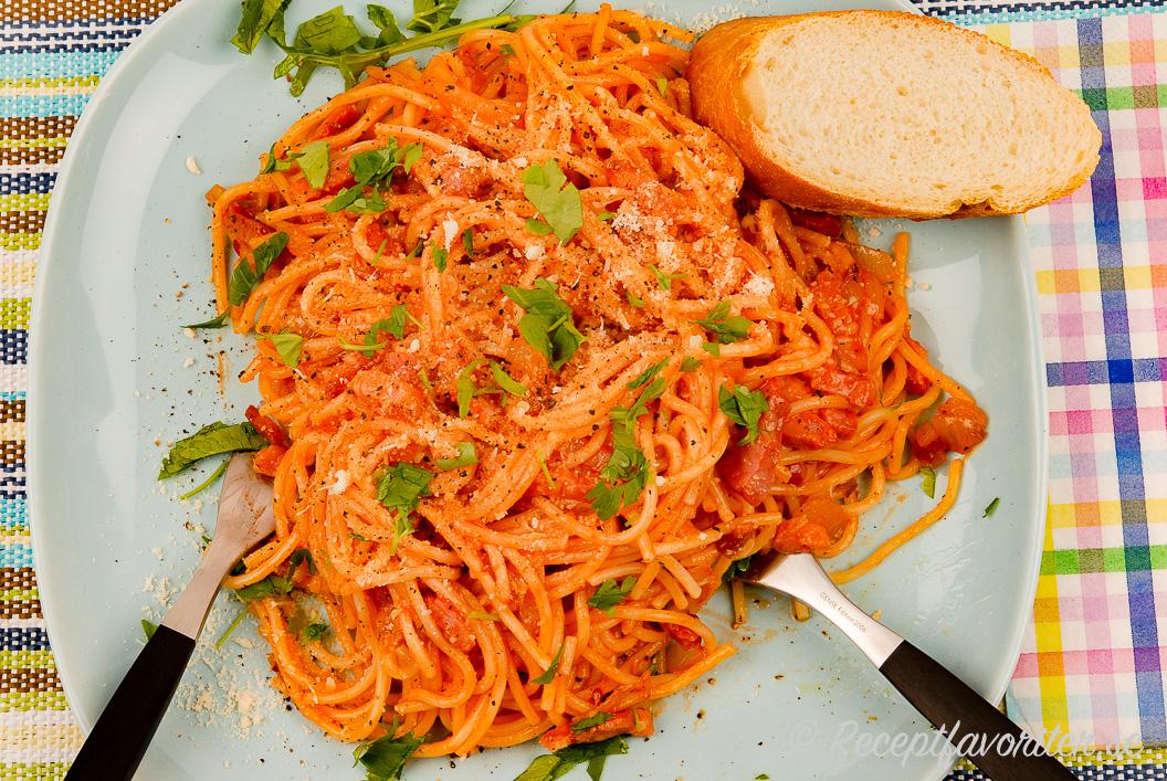 Spagetti med bacon, ketchup och lök är gott och lättlagat