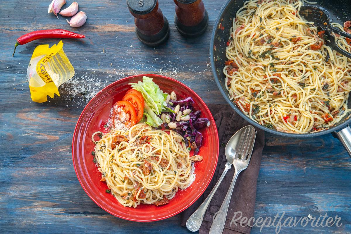 Spagettin serverad med sallad och riven ost