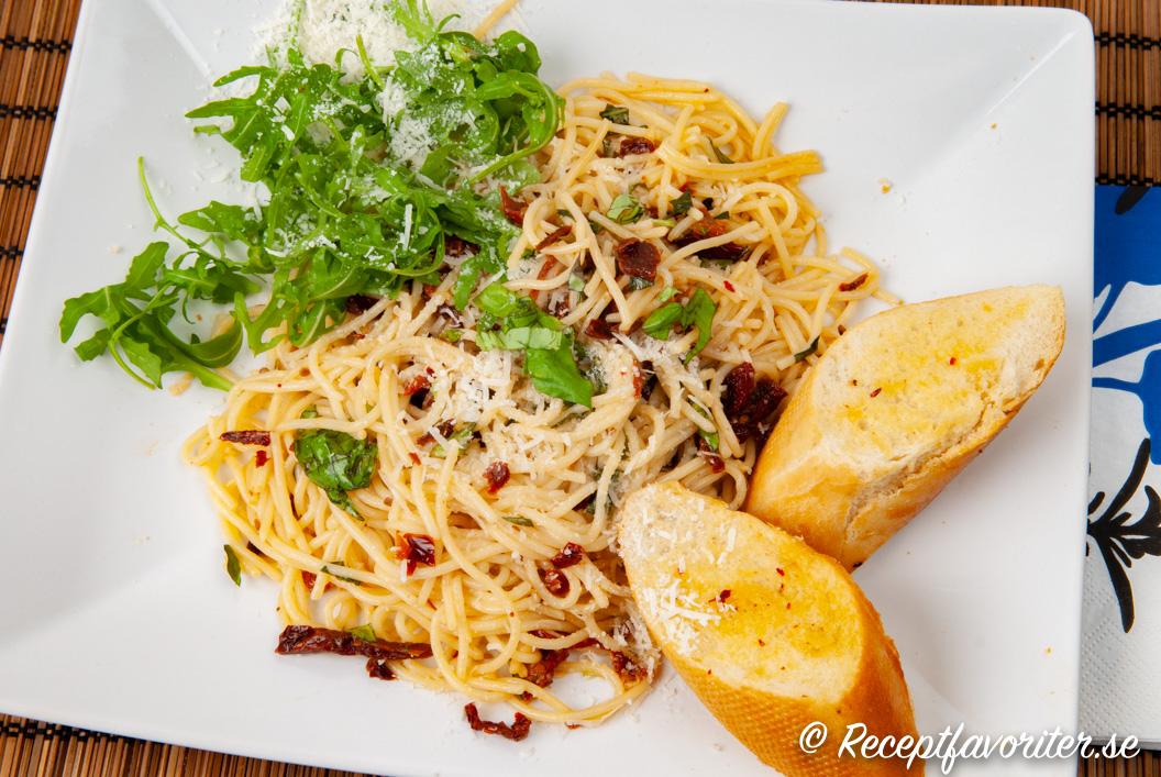 Spagetti med soltorkade tomater på tallrik