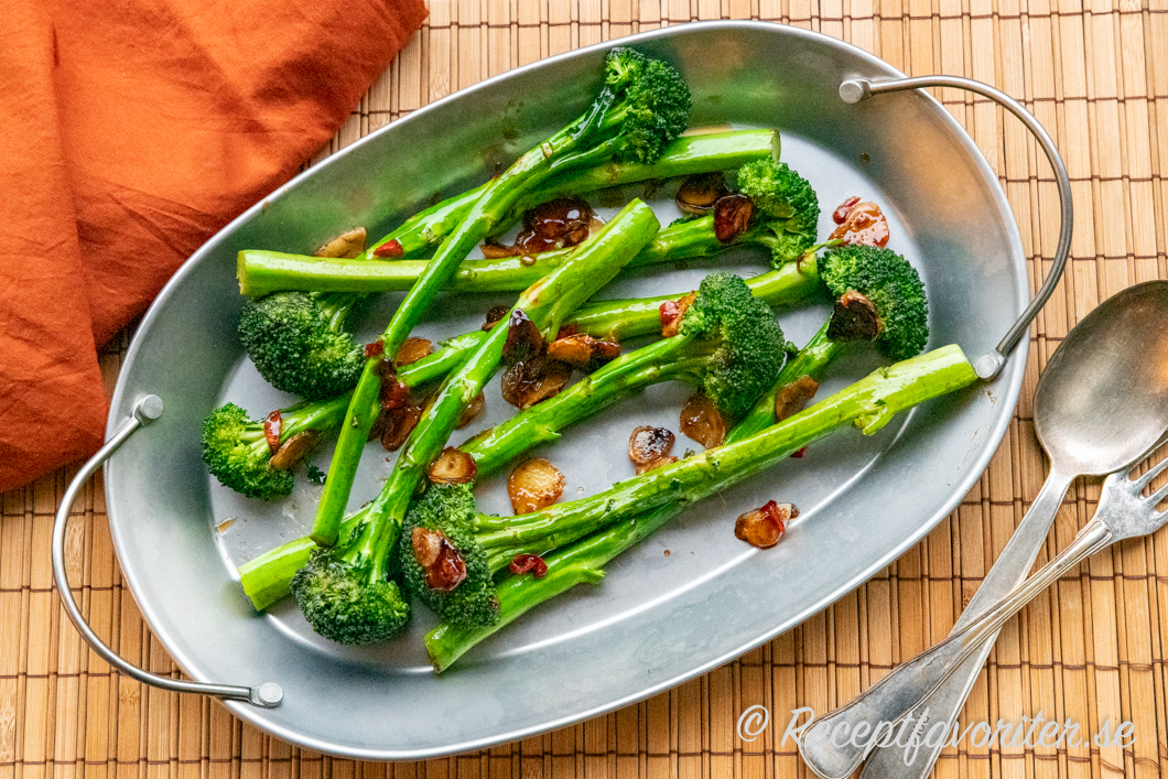 Sparrisbroccolin får god smak av stekt vitlök, ljus japansk soja, ostronsås, chili, sesamolja och ingefära.
