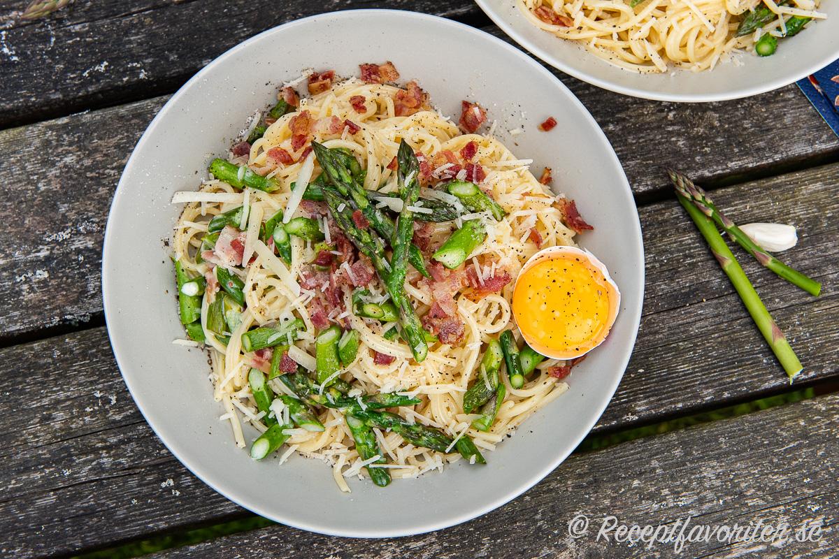 Sparriscarbonara är min variant på vanlig carbonara men med fin svensk grön sparris och knaprig salt bacon i gräddig sås toppad med äggula och nymalen svartpeppar samt riven parmesan.