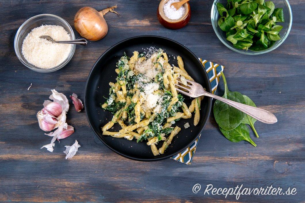 En tallrik pasta med ricotta, spenat, parmesan och vitlök.