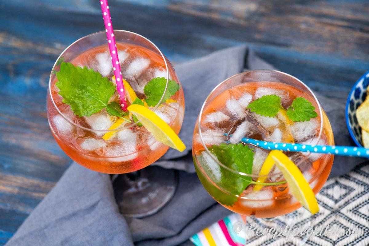 Flädersaft ger en god smak åt drinken tillsammans med vin, sodavatten, citron, citronmeliss och is.