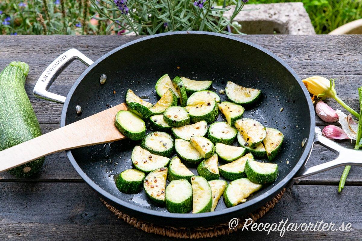 Stekt zucchini eller squash i stekpanna