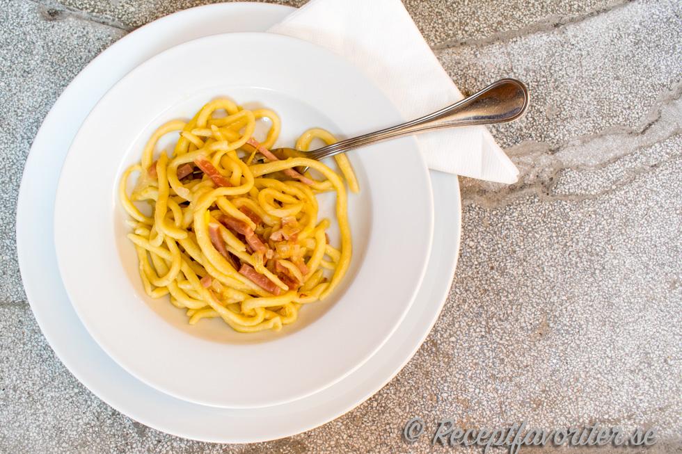 Strozzapreti - strypa prästen - pasta är bland den enklaste pastan att forma själv - bara att tvinna strimlor av pasta till en slags skruvar.